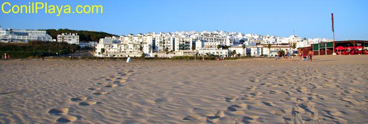 La Playa de El Chorrillo, al fondo Conil de la Frontera.