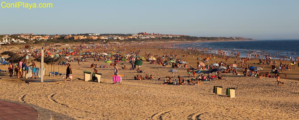 Playa de la Barrosa en pleno verano con gente