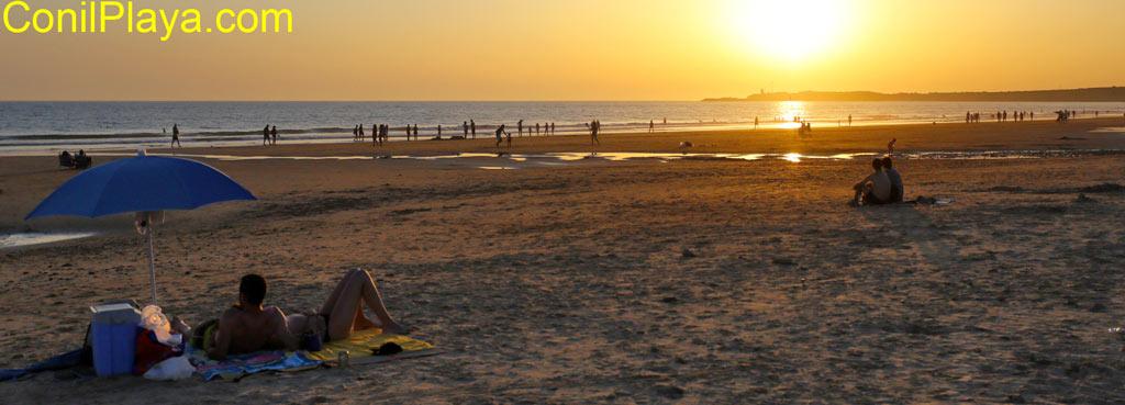 Puesta de sol en la Fontanilla con pareja.