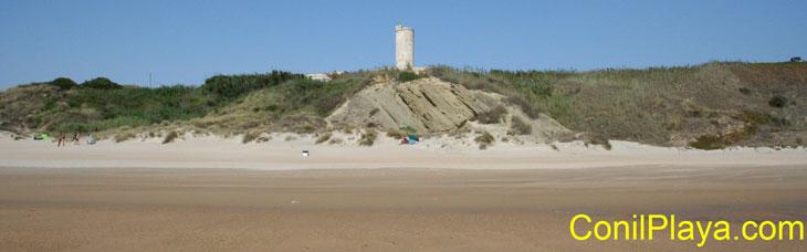 La Torre del Puerco vista desde la playa.
