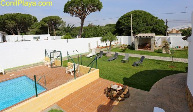 Casa Rosalía tiene una amplio jardín con piscina privada.