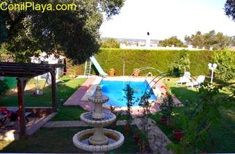 piscina y el jardín del chalet