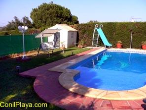 piscina con tobogán