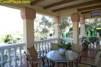 Terraza muy amplia con mesa y sillas