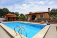 4 dormitorios,8 personas. Estupendo chalet con piscina situado muy cerca de Barbate. A pocos minutos de la playa en Coche.