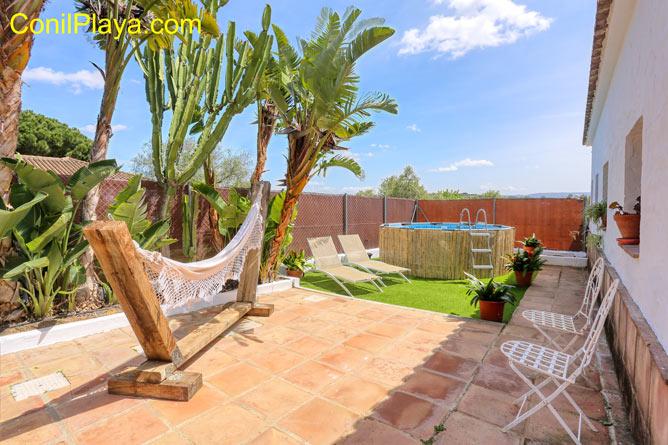 la piscina del chalet esta frente al porche