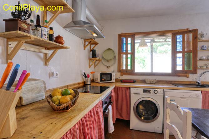 cocina con frigorifico y microondas