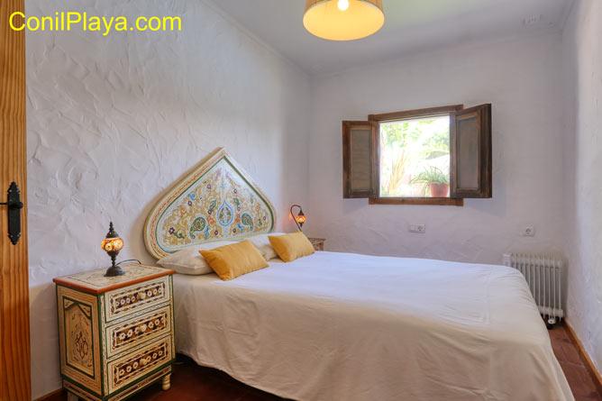 dormitorio con 2 camas individuales para 2 personas.