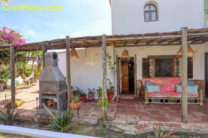 porche con mesa y sillas y cortinas