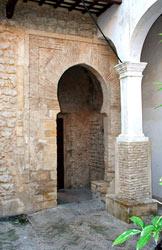 Puerta en el patio de cuadras del castillo de Vejer.