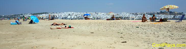 gente tomando el sol en la playa de Castilnovo, cerca de Conil.