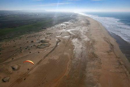La playa de Castilnovo vista desde un paramotor