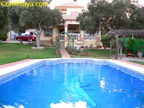 Vista desde el Jardin del chalet con piscina