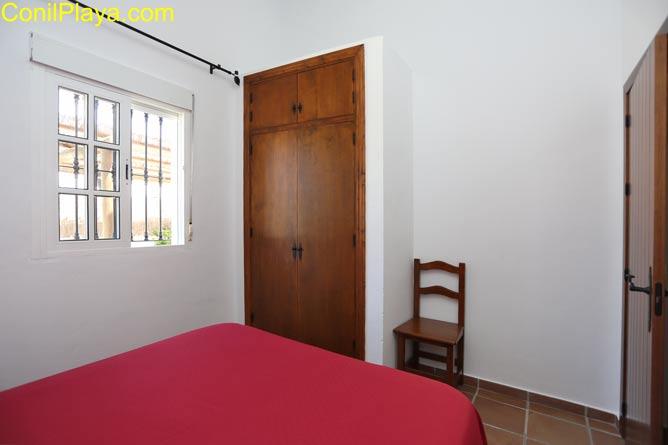 Los dormitorios cuentan con armarios empotrados.