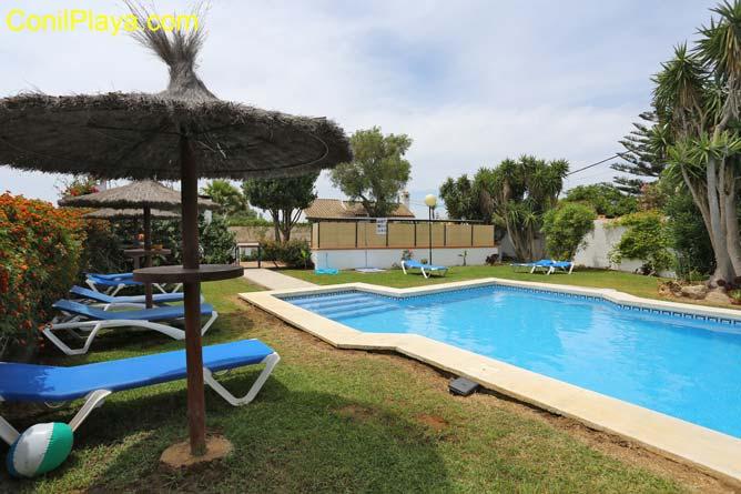 Tumbonas junto a la piscina de los chalets en Zahora.