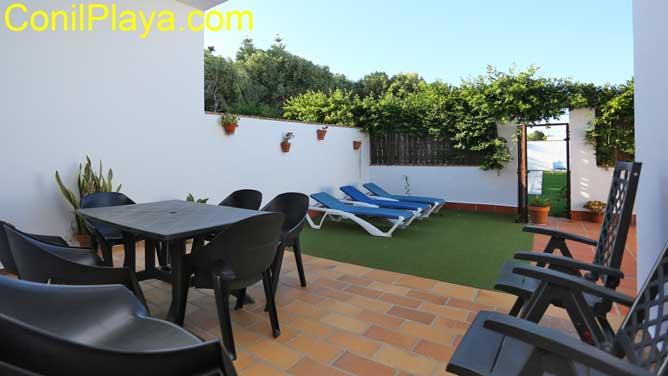 El patio trasero tiene mesas de terraza y barbacoa.