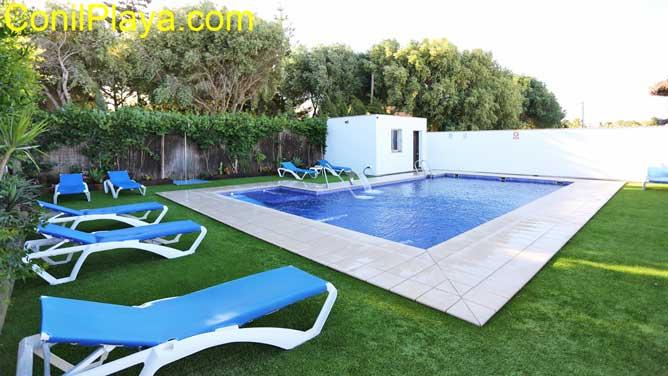 piscina con césped.