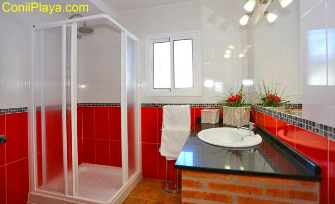cuarto de baño con cabina de ducha