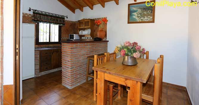 mesa comedor y al fondo la cocina