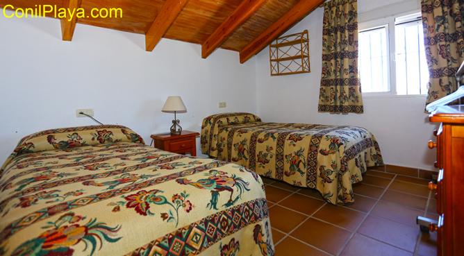 dormitorio con 2 camas individuales
