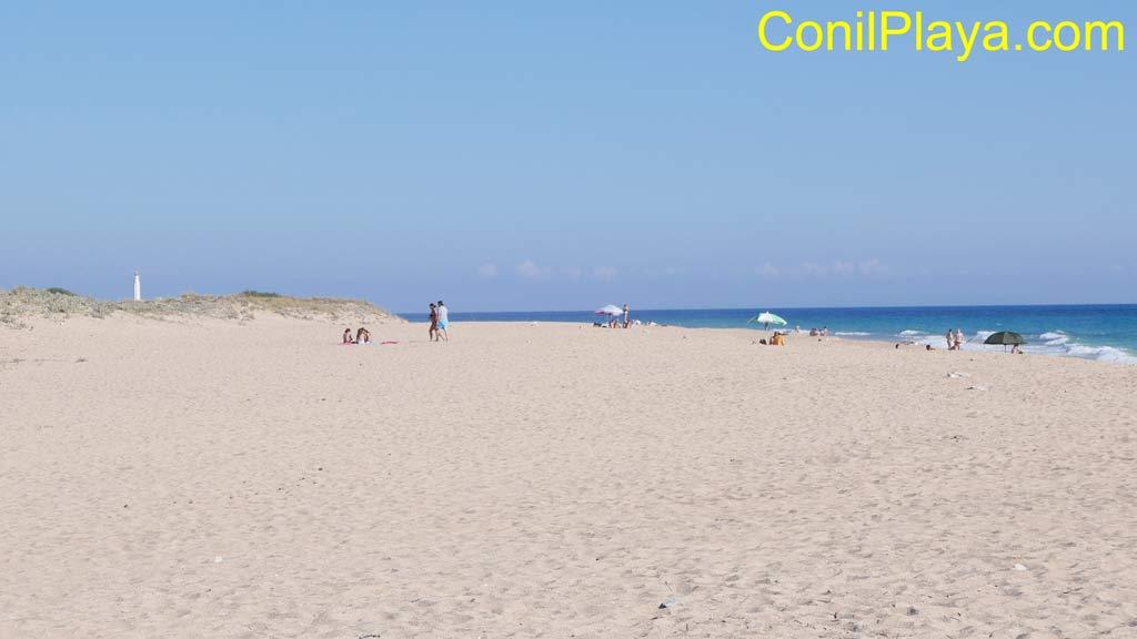 Playa de la Mangueta, al fondo el faro de Trafalgar.