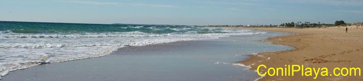 Playa de la Mangueta, en el horizonte a lo lejos se ve la Torre de El Palmar.
