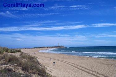 Playa de Zahora con el Faro de Trafalgar al fondo.